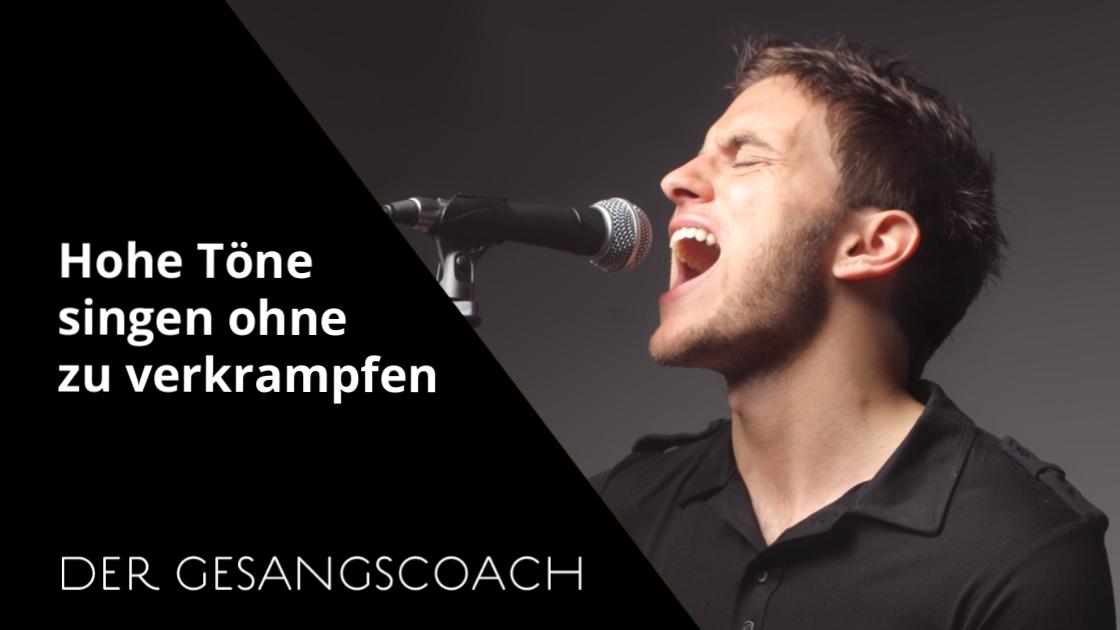 Mann singt hohe Töne in ein Mikrofon