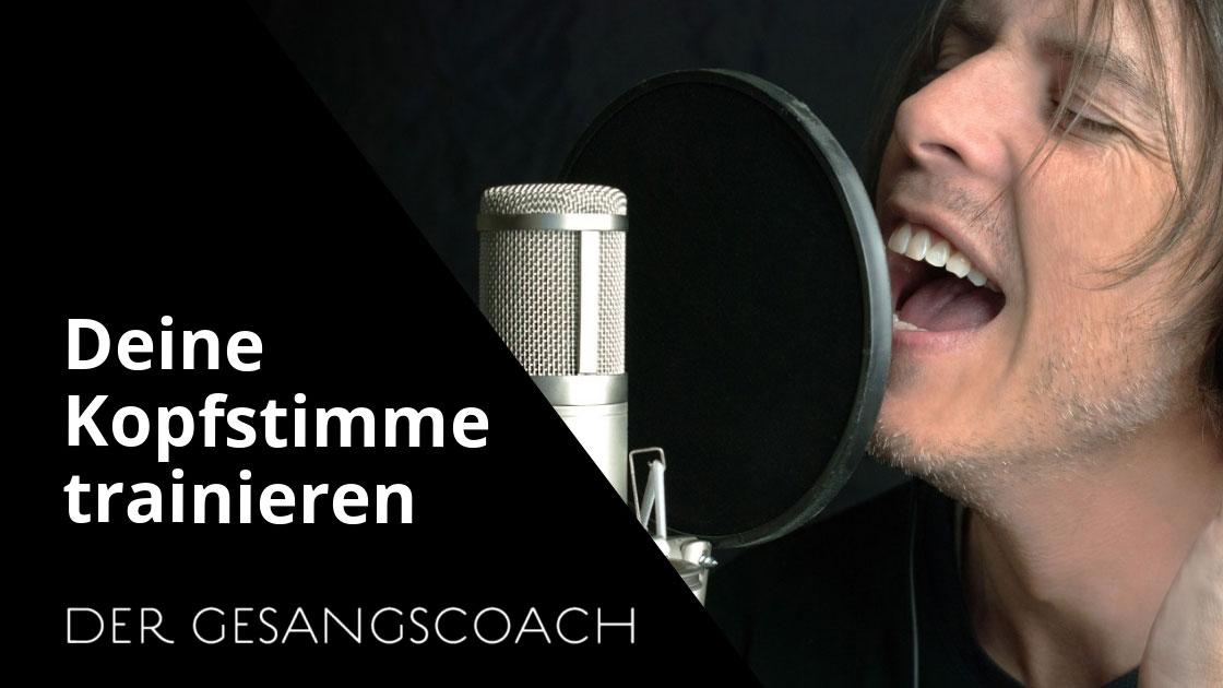 Mann singt mit seiner Kopfstimme